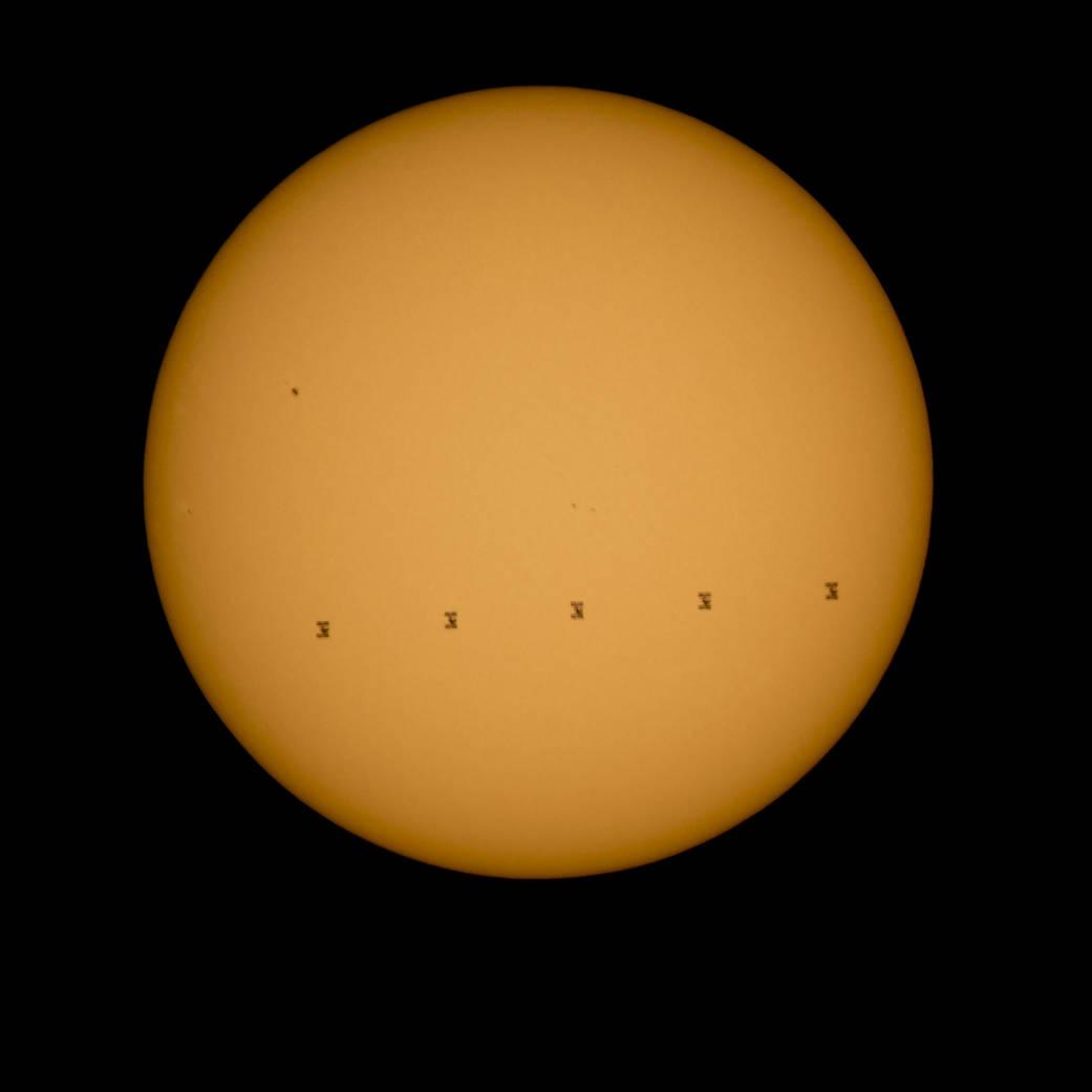สถานีอวกาศนานาชาติเคลื่อนผ่านหน้าดวงอาทิตย์