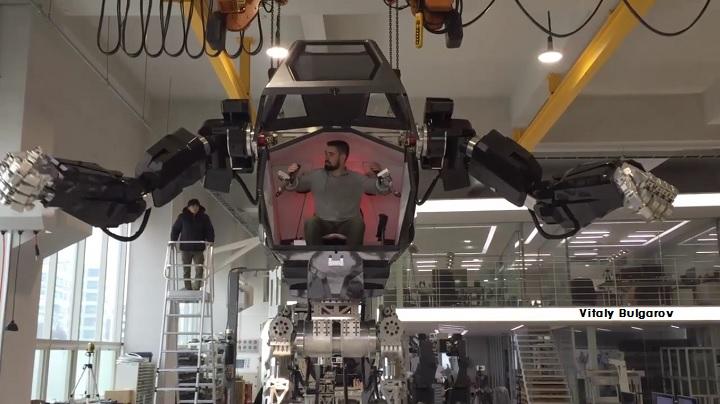 ชายในชุดหุ่นยนต์ METHOD-2