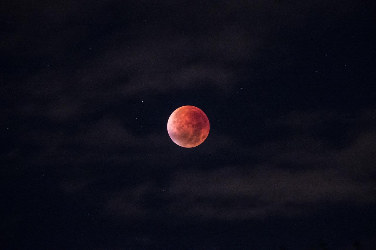 blood moon ดวงจันทร์สีเลือด